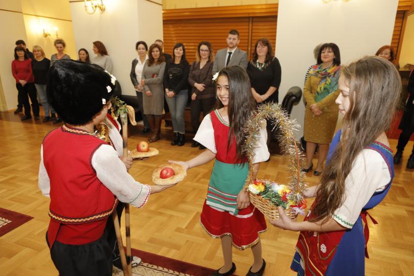 снимка 3 Ученици от Стамболийски отправиха в НС поздрав по случай Василица
