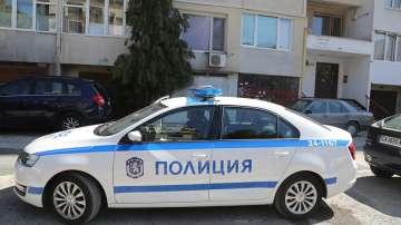 Полицейски екипи изведоха барикадиралия се мъж от жилището му