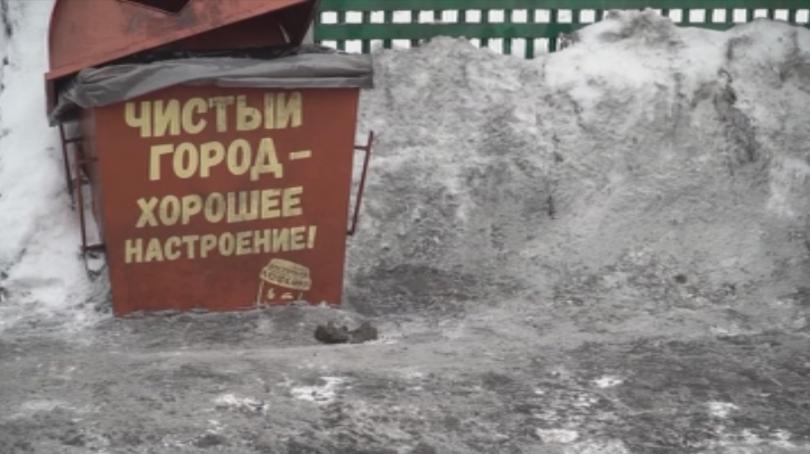 Черен сняг смути жителите на сибирския град Прокопевск.Заради сиво-черната снежна