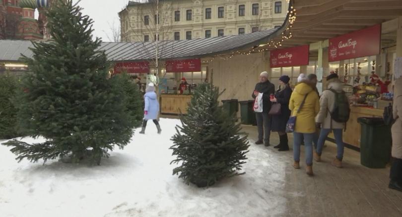 Изкуствен сняг за новогодишните тържества насипват властите в Москва в
