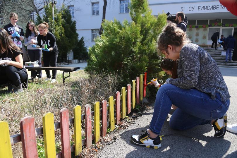 Със засаждане на дървета и боядисване на пейки в 51-во