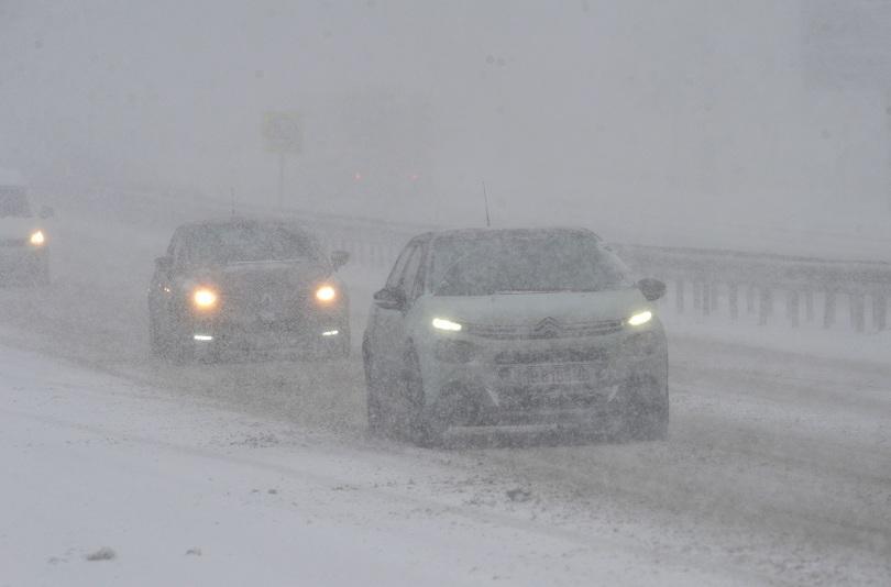 На терен в София са 194 снегопочистващи машини. Във всички