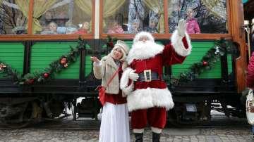 Коледен ретро трамвай се движи по улиците на София