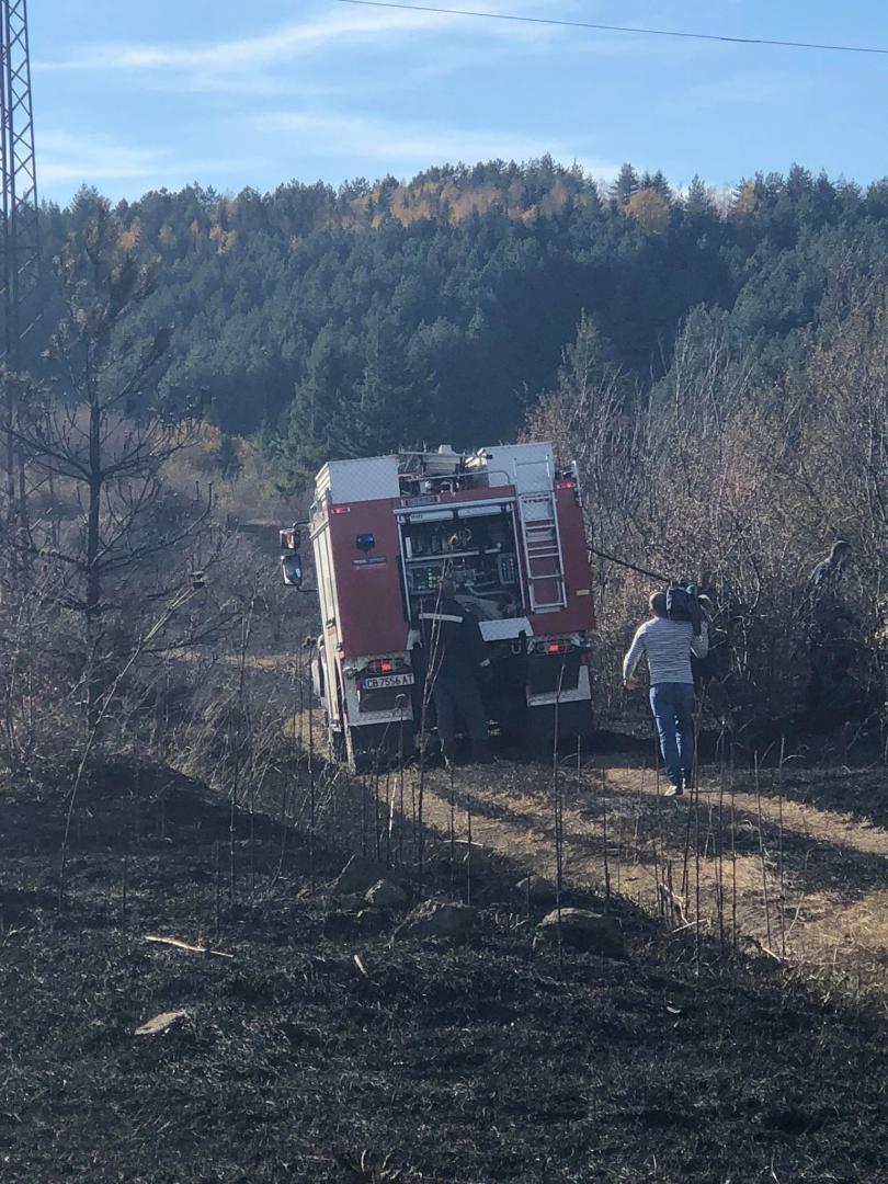 снимка 1 Локализираха пожара в района на Бонсови поляни в Люлин планина