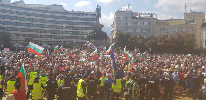 снимка 1 Протест пред Народното събрание срещу системата на управление