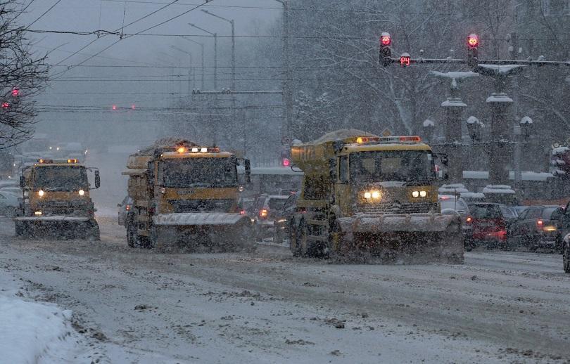 Заради снеговалежа в София в момента 166 машини са на