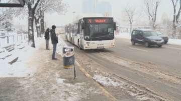 Снегът затрудни движението в София