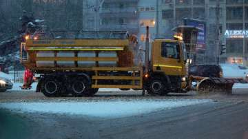 Заради снеговалежите в София улиците са обработки срещу заледяване