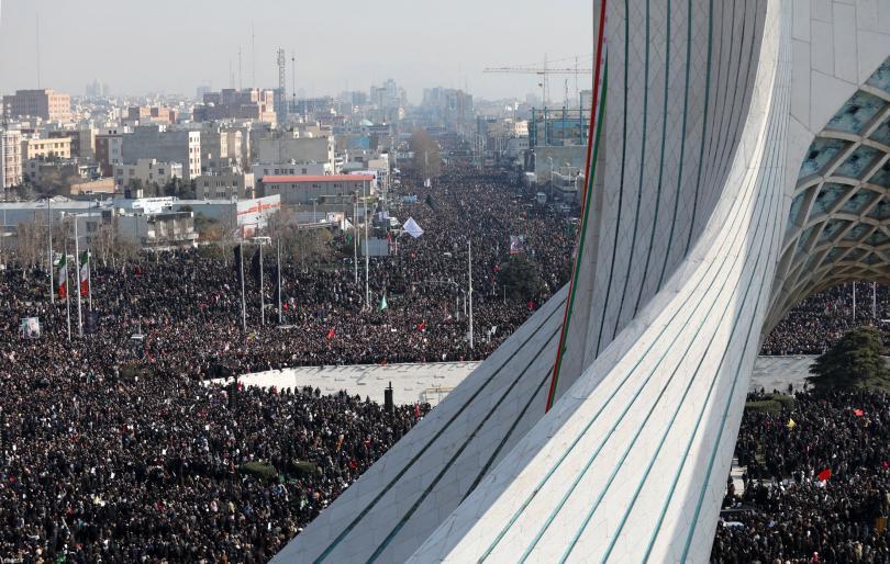 снимка 1 Хиляди се събраха на погребението на генерал Солеймани в Иран
