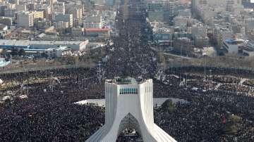 Хиляди се събраха на погребението на генерал Солеймани в Иран