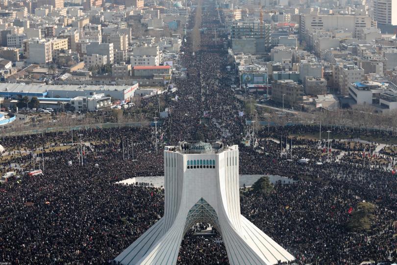 Огромен брой хора се събраха за погребението на иранския генерал