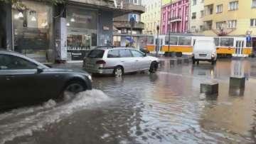 Пороен дъжд наводни улици в София и остави квартали без ток
