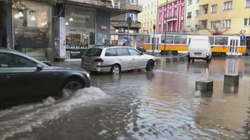 Пороен дъжд наводни улиците на София този следобед. Някои квартали