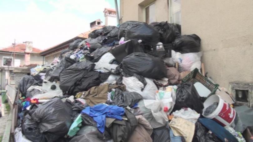 Снимка: Двор на частен имот в Сопот се е превърнал в сметище