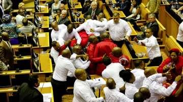 Сблъсъци избухнаха в парламента на Южна Африка