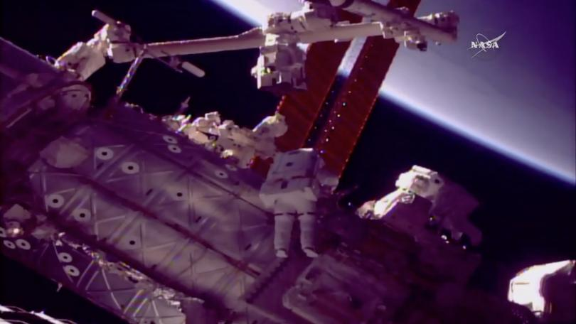 Американските астронавти Марк Ванде Хай и Скот Тингъл излязоха в