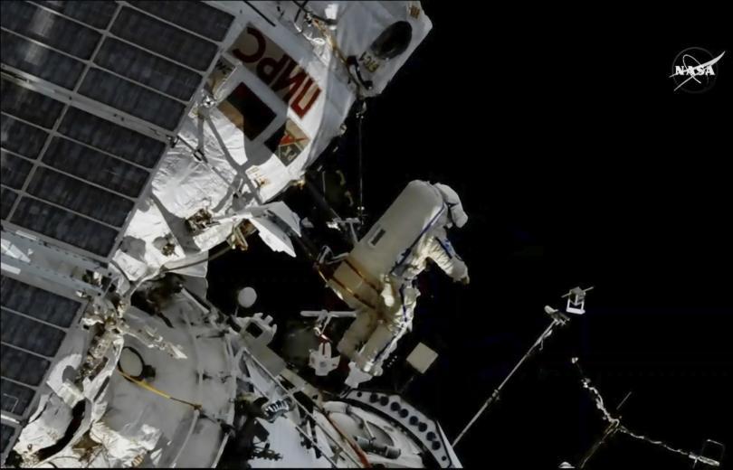 Космонавтите Олег Артемиев и Сергей Прокопиев от екипажа на Международната