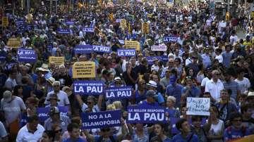 Десетки хиляди се включиха в шествие срещу тероризма в Барселона