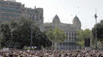Хиляди се събраха в Барселона, за да почетат паметта на жертвите (СНИМКИ)