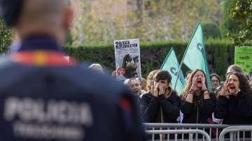 Испански полицаи пострадаха при сблъсъци с демонстранти  в Каталуния