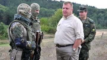 Министър Каракачанов провери действията на специалните сили по границата