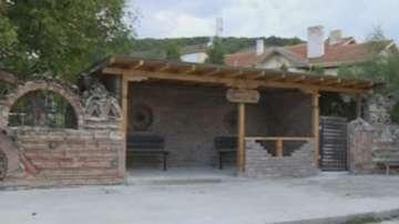 Автобусна спирка във възрожденски стил в село Кипра