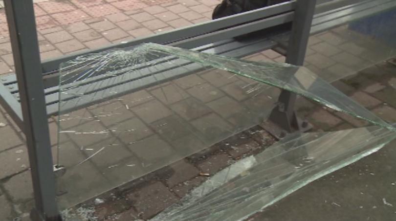 За пореден път вандали потрошиха стъклата на спирки на градския