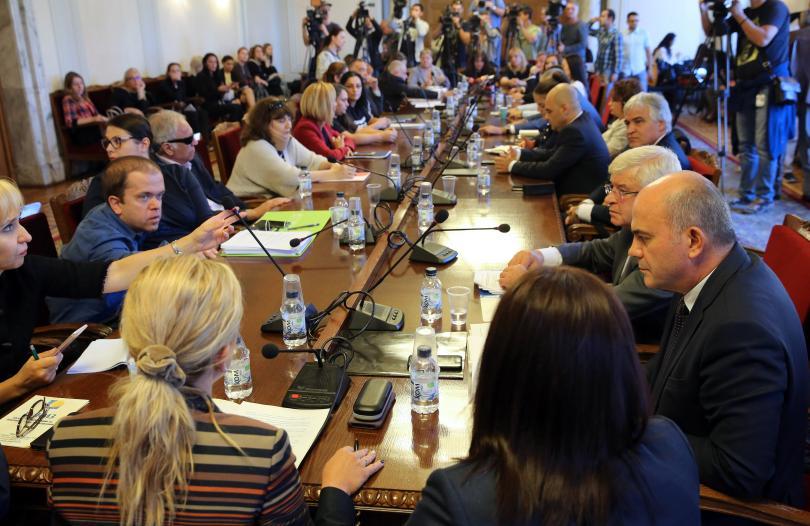 Майките на деца с увреждания напуснаха срещата с министри и депутати