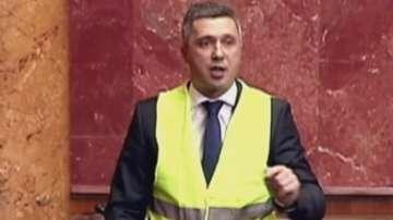 Сръбски депутат показа солидарност към протестите на жълтите жилетки