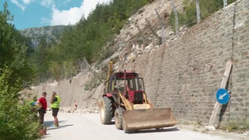 Пътят към село Забърдо и Чудните мостове остава затворен заради
