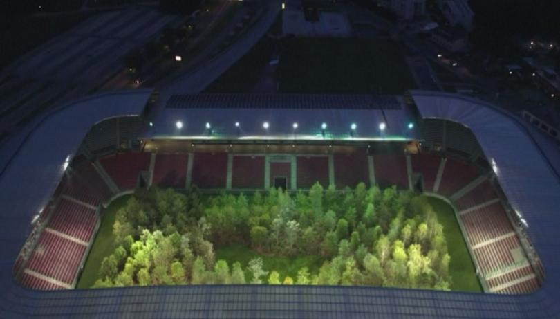 На стадиона в австрийския град Клагенфурт вместо трева, на терена