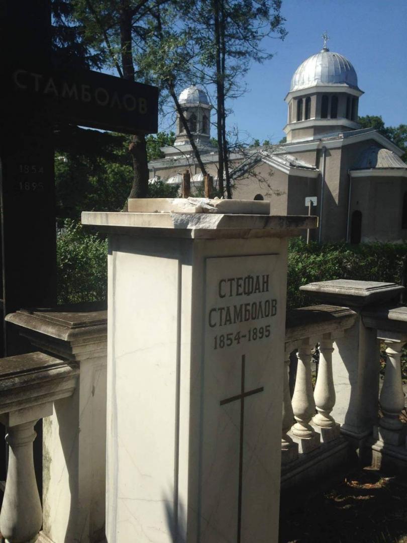 откраднаха бюста гроба стефан стамболов