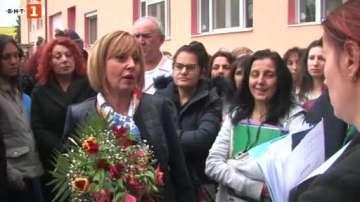 Мая Манолова се срещна с протестиращите медицински специалисти в Казанлък