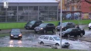 Наводнени улици в Стара Загора след проливния дъжд (ВИДЕО)