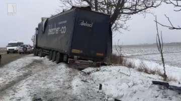 ТИР се вряза в снежна пряспа и катастрофира