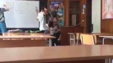 Ученици посегнаха на учителка в Стара Загора