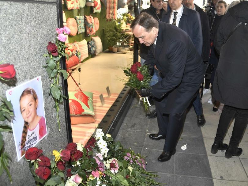 Премиерът на Швеция Стефан Льовен постави цветя в памет на загиналите при атентата