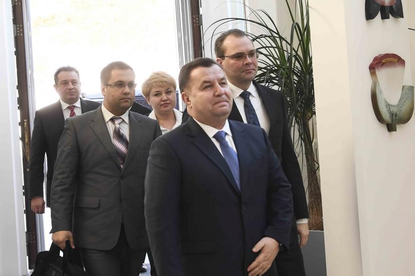 Министърът на отбраната на Украйна Степан Полторак подаде оставка. Това