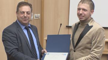 Лекари дадоха стипендии на отличници по медицина