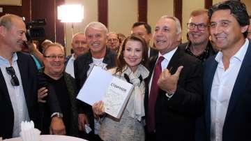 Общественици и политици уважиха премиерата на книгата на Христо Стоичков