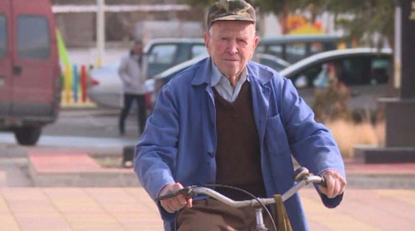 Столетник от Дългопол кара всеки ден велосипед. Това е единственото