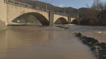 Река Струма подкопава международния път Е-79