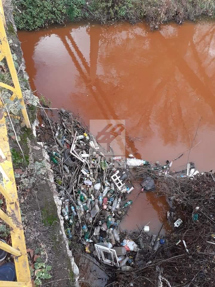Снимка: Тръба в района на ж.п гара Разпределителна е замърсител на р. Струма край Перник