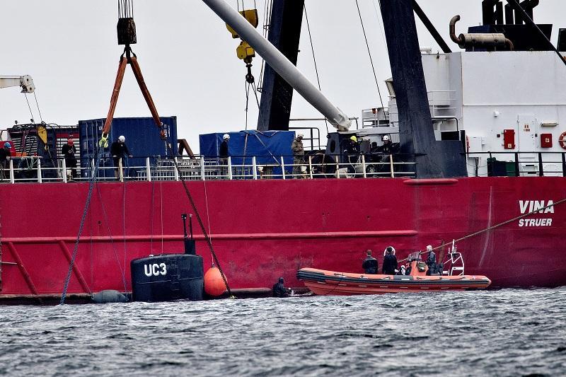 Датските власти изваждат останките от подводницата