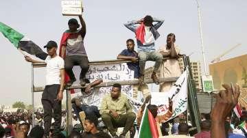 Преврат в Судан - армията свали президента и поема властта