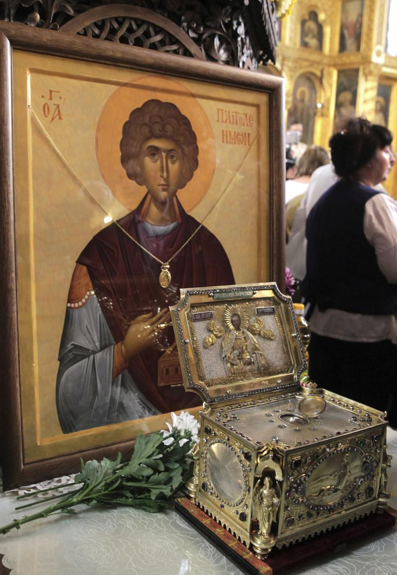 снимка 1 В църквата Св. Седмочисленици посрещнаха мощите на Св. Пантелеймон