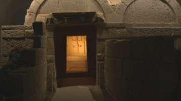 Кой е погребан в гробницата с кариатидите?