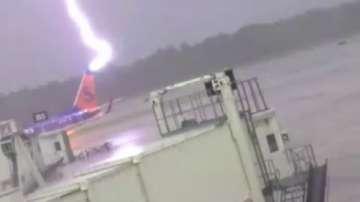 Светкавица удря самолет на летище