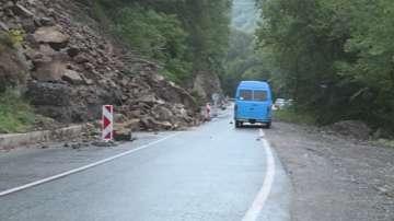 Проливните дъждове активираха свлачище по пътя за Рилския манастир