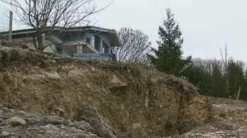 Две семейства са евакуирани заради опасност от срутване на къщите им